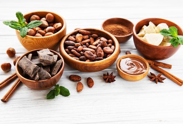 Kakaobohnen, butter und schokolade Premium Fotos