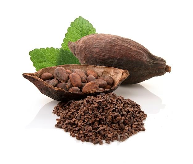 Kakaohülsen und kakaobohnen und kakaopulver mit den blättern lokalisiert auf weißem hintergrund Premium Fotos