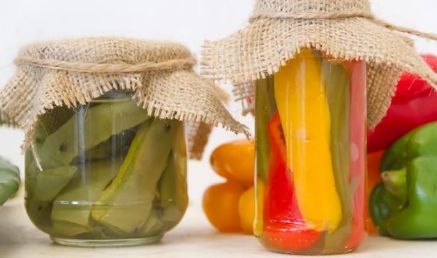Kaktus und eingelegte paprika in essig und salz Premium Fotos