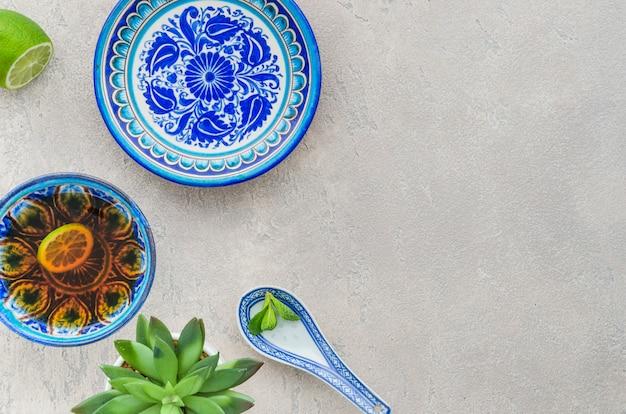 Kaktuspflanze; zitronen- und minzteetasse im orientalischen blumenmuster auf strukturiertem hintergrund Kostenlose Fotos