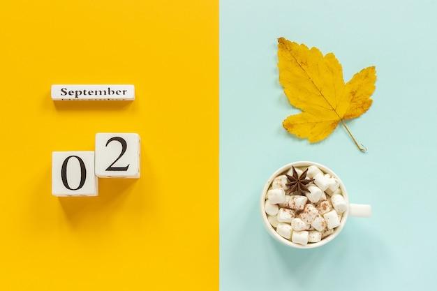 Kalender 2. september tasse kakao mit marshmallows und gelbem herbstblatt Premium Fotos