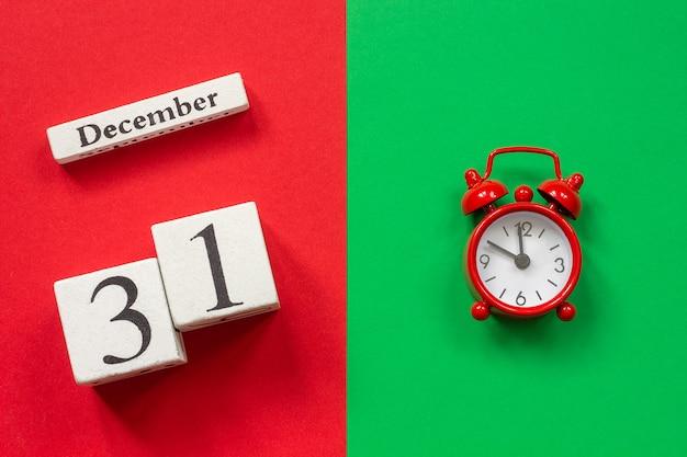 Kalender 31. dezember und roter wecker Premium Fotos