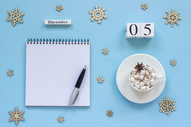 Kalender 5. dezember tasse kakao und marshmallow, leeren offenen notizblock Premium Fotos