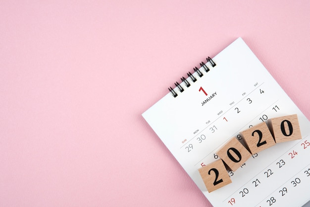 Kalender des neuen jahres 2020 auf rosa hintergrund Premium Fotos