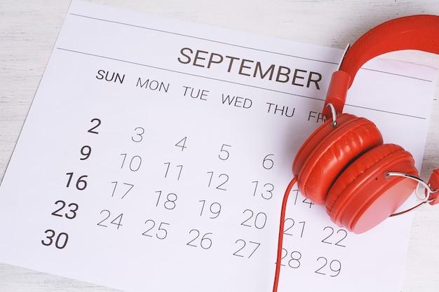 Kalender mit kopfhörern. Premium Fotos