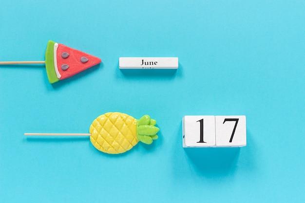 Kalenderdatum 17. juni und sommer früchte süßigkeiten ananas, wassermelone lutscher. Premium Fotos