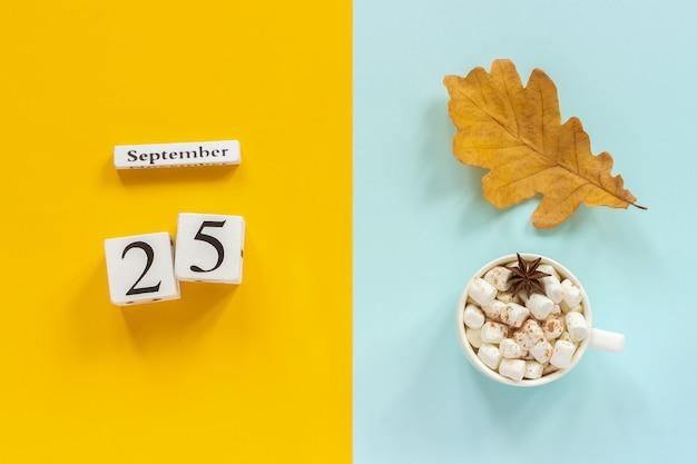 Kalenderdatum, schale kakao mit eibischen und gelbes herbstblatt Premium Fotos