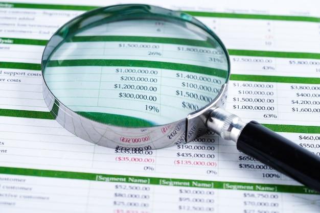 Kalkulationstabellenpapier finanzentwicklung, konto, statistiken investitionen. Premium Fotos