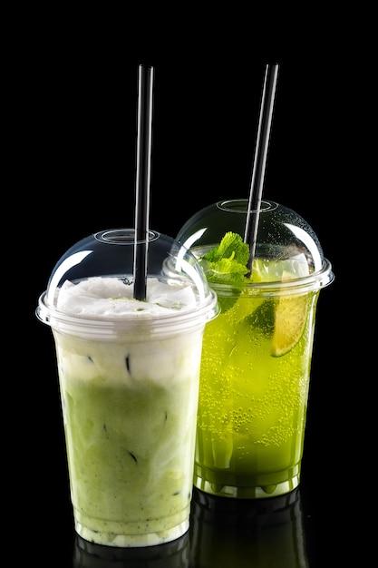 Kalte erfrischende cocktails im mitnahmeglas Premium Fotos