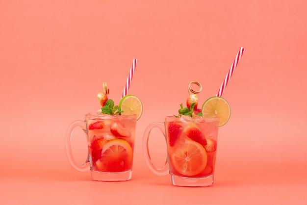 Kalter süß-saurer erdbeerlimonadensaft trinkt in den gläsern Premium Fotos