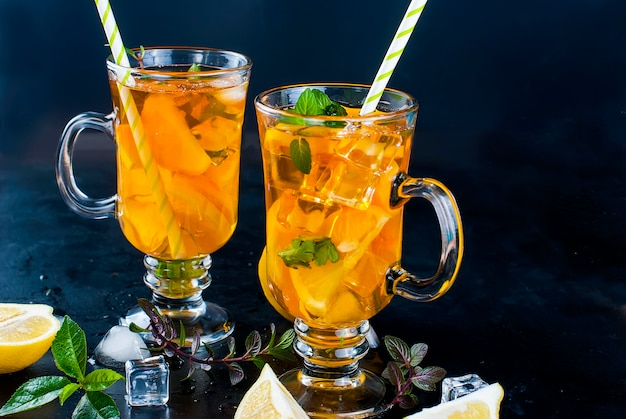 Kalter tee mit zitrone, minze und eis Premium Fotos