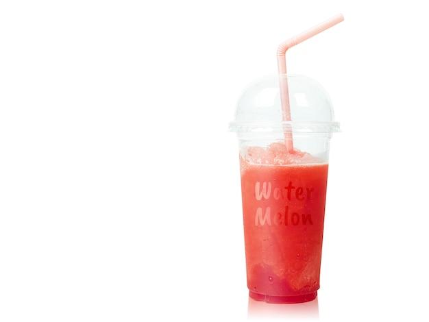 Kalter wassermelone smoothie in der plastikschale mit den strohen lokalisiert auf weiß. Premium Fotos