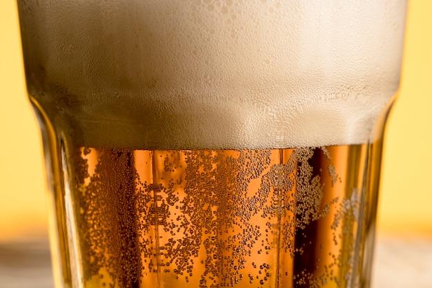 Kaltes glas der nahaufnahme bier mit blase Kostenlose Fotos