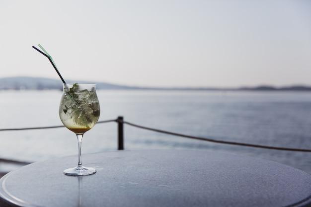 Kaltes glas mojito stehen auf dem tisch in der nähe des meeres Premium Fotos
