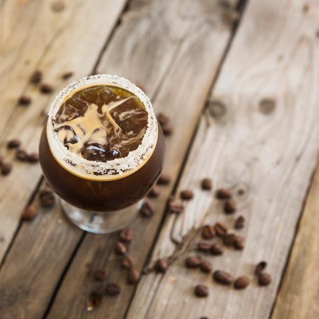 Kaltes kaffeegetränk mit eis auf hölzernem hintergrund Kostenlose Fotos