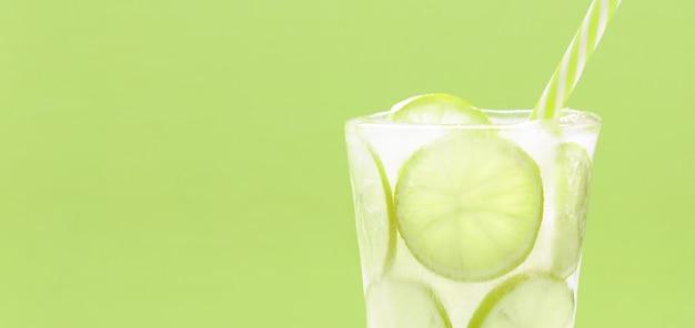 Kaltes sommergetränk mit den kalkscheiben eingefroren im eisglas Premium Fotos