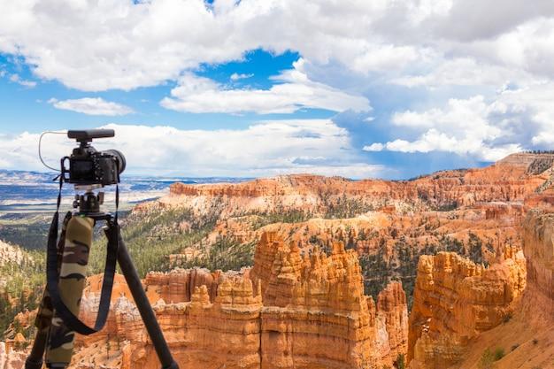 Kamera auf dem stativ bereit, in bryce canyon national park tagsüber, utah, usa zu schießen Premium Fotos