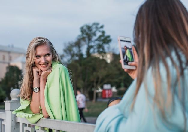 Kamera fotografiert eine junge frau Kostenlose Fotos