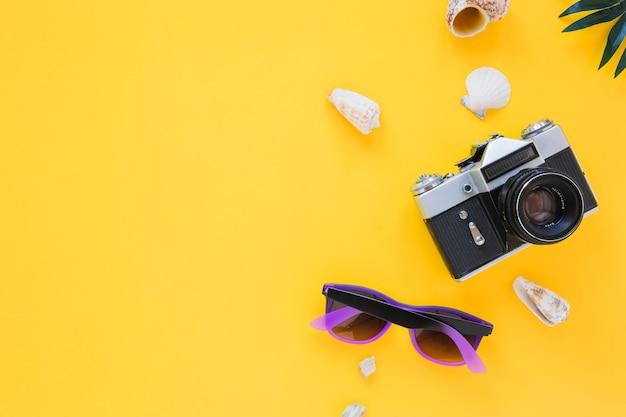 Kamera mit sonnenbrille und muscheln Kostenlose Fotos