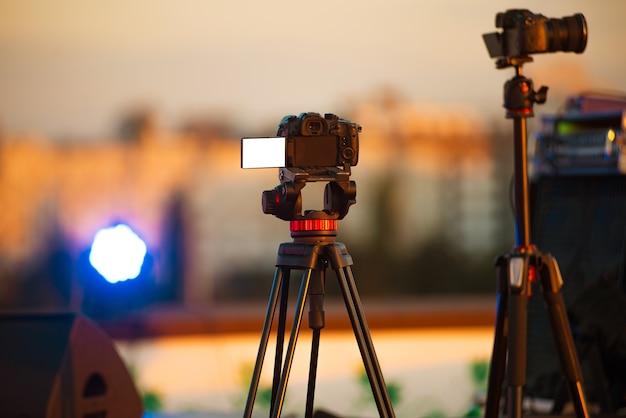 Kamera mit weißem bildschirm, die live-jazzkonzertaufführung filmt Premium Fotos
