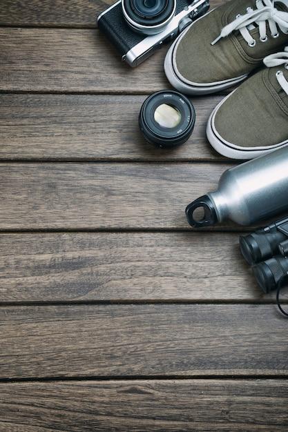 Kamera objektiv fernglas segeltuchschuhe sportflasche for Holztisch retro