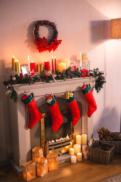 kamin dekoriert mit weihnachtsmotiven und roten socken download der kostenlosen fotos. Black Bedroom Furniture Sets. Home Design Ideas