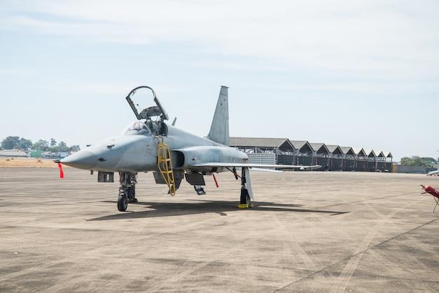 Kampfflugzeug geparkt. Premium Fotos