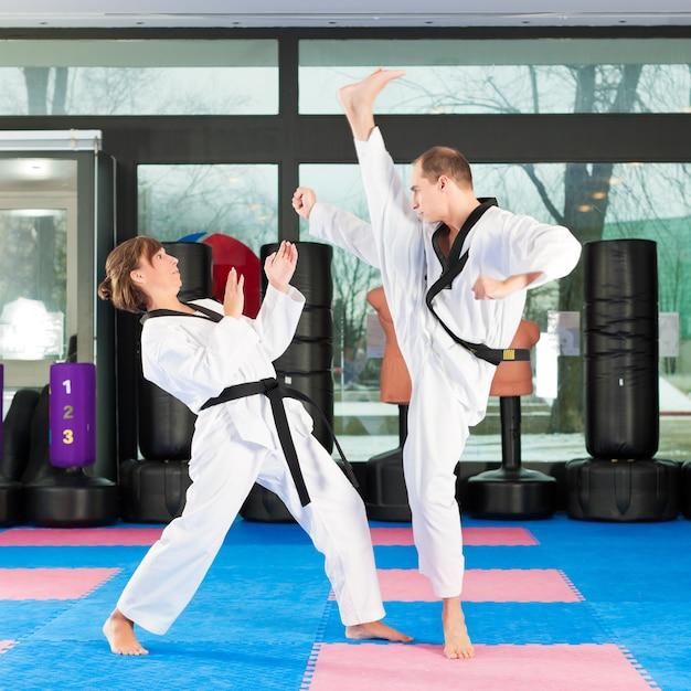Kampfkunstsporttraining in der turnhalle Premium Fotos