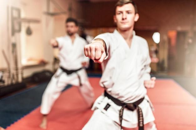 Kampfsportler beim training im fitnessstudio Premium Fotos