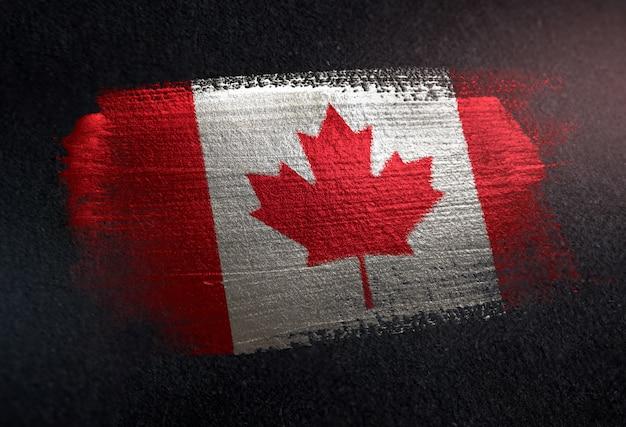 Kanada-flagge gemacht von der metallischen bürsten-farbe auf dunkler wand des schmutzes Premium Fotos