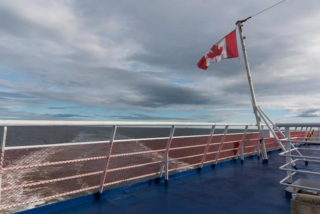 Kanadische flagge auf mv fundy rose, bucht von fundy, saint john, new brunswick, kanada Premium Fotos