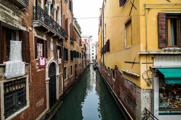 Kanal mit gondeln in venedig, italien. architektur und wahrzeichen von venedig. venedig postkarte mit venedig gondeln. Kostenlose Fotos
