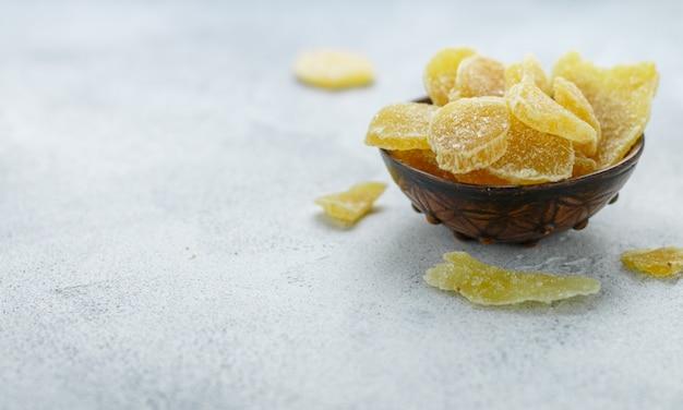 Kandierte ingwerscheiben. süßer pikanter leckerbissen zum tee. vorbeugung von erkältungen. gesundheit Premium Fotos