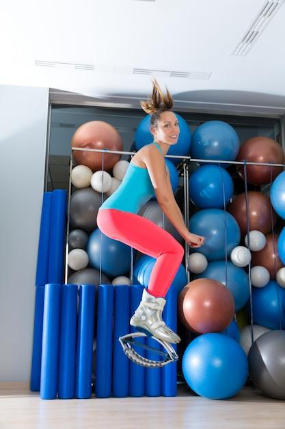 Kangoo springt anti gravity fitness stiefel mädchen Premium Fotos