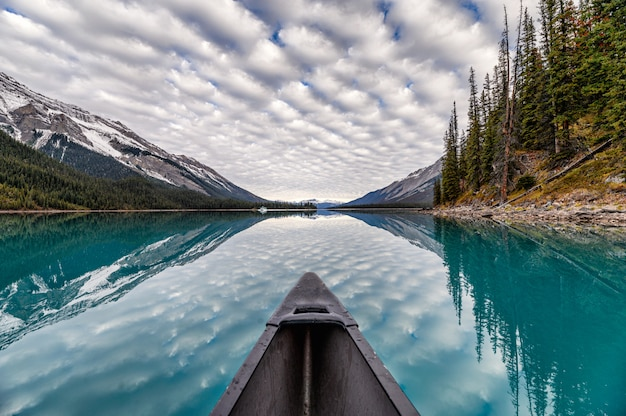 Kanufahren auf see mit altocumuluswolken Premium Fotos