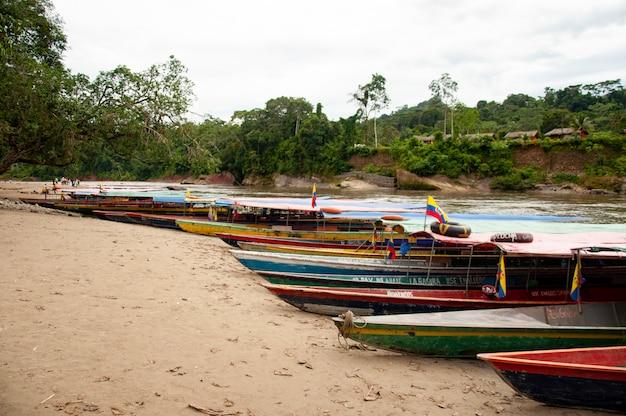 Kanus auf einem strand im ecuadorianischen amazonas Premium Fotos
