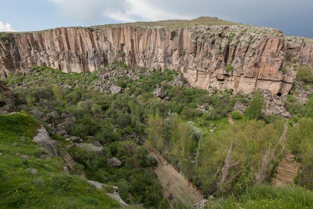 Kappadokien: ihlara valley rocky canyon atemberaubende sommer bewölkte landschaft. truthahn Premium Fotos