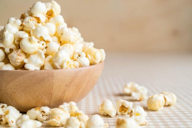 Karamell popcorn auf dem tisch Premium Fotos