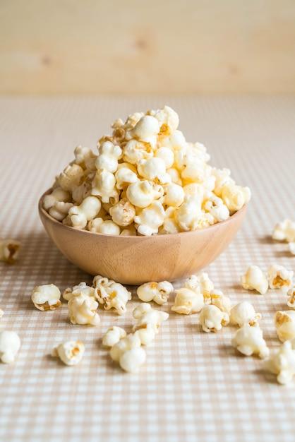 Karamellpopcorn auf dem tisch Premium Fotos