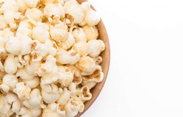 Karamellpopcorn auf weiß Premium Fotos