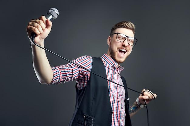 Karaoke-mann singt das lied ins mikrofon, sänger Premium Fotos