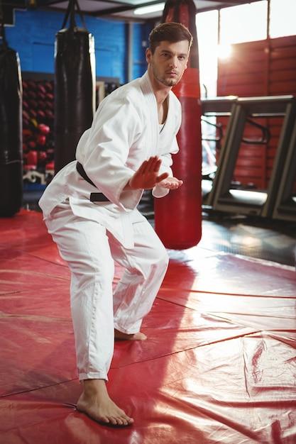 Karate-spieler, der karate-haltung ausführt Kostenlose Fotos