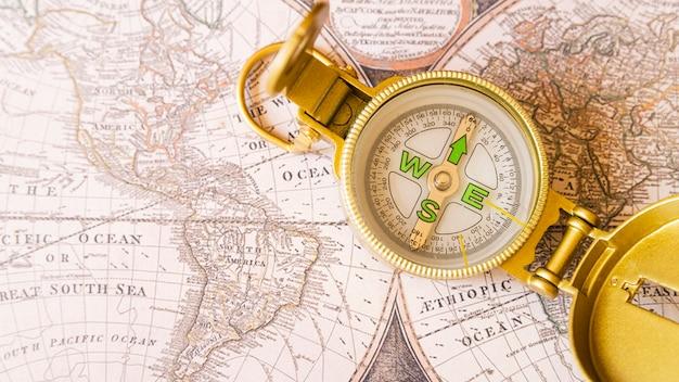 Kardinalpunkte und nordpfeil auf alter karte Kostenlose Fotos