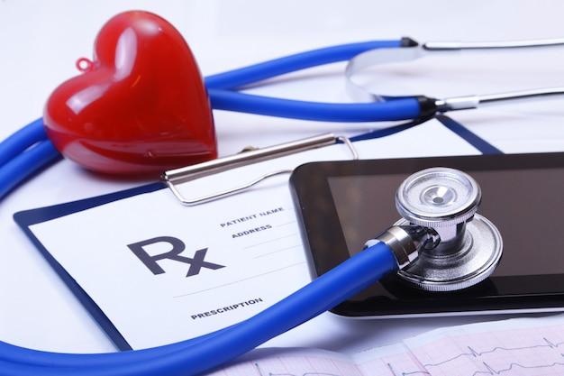 Kardiogramm mit stethoskop und rotem herzen auf tabelle Premium Fotos
