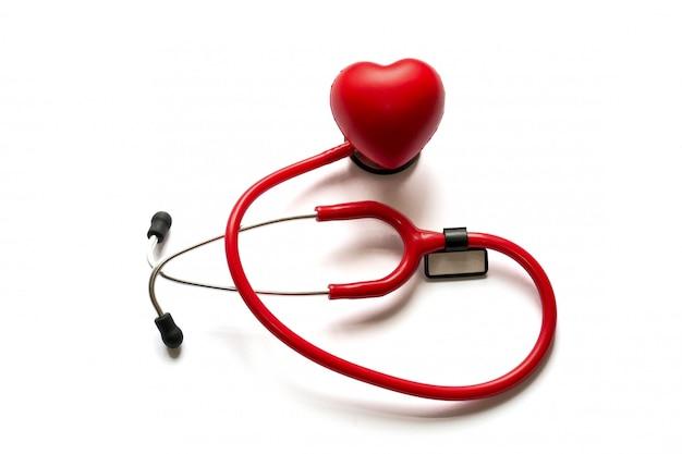 Kardiologie. medizin-nahes hohes rotes stethoskop und herz lokalisiert auf hintergrund. platz kopieren Premium Fotos