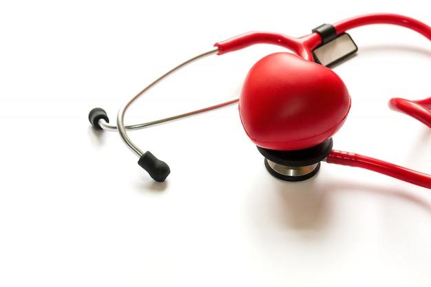 Kardiologische diagnose, behandlung und vorbeugung von herzinfarkt. rotes stethoskop a Premium Fotos