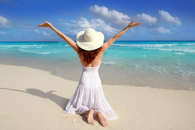 Karibische strandfrauenrückseite auf knien öffnen arme Premium Fotos