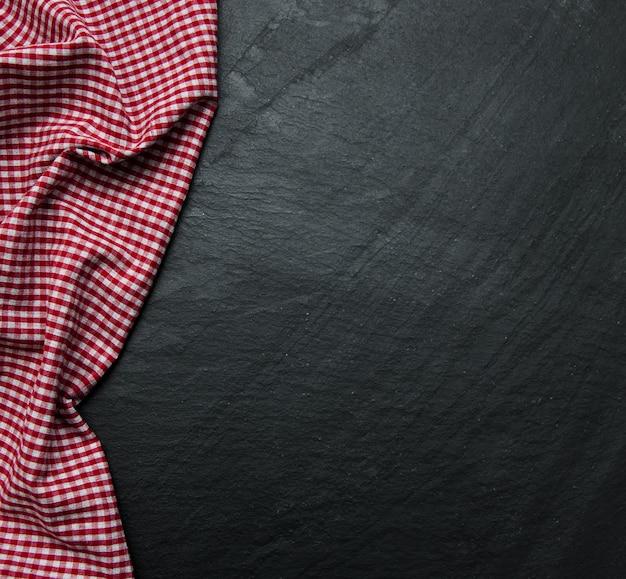 Karierte serviette auf einem schwarzen hintergrund Premium Fotos