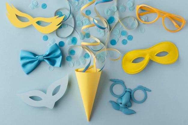 Karneval niedliche maske und partyhut mit konfetti Kostenlose Fotos