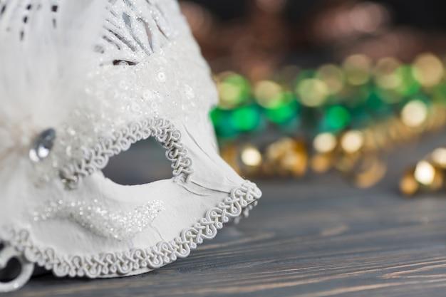 Karnevalsmaske auf holztisch Kostenlose Fotos